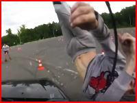 なんでそこに(°_°)自動車競技でカーブの外側に居た男性をモロにはね飛ばしちゃう