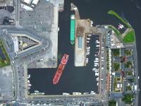 狭い港に場違いなほどの大きな船が入港してくる様子を空撮したビデオがすげー面白い。