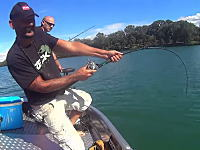 これはデカいwwwフランスの川でスーパーサイズのナマズを釣り上げた男のビデオ。