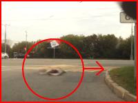 高速で滑ってきたライダーが縁石に衝突してドーン!と跳ねる瞬間。バイク事故は恐ろしい。