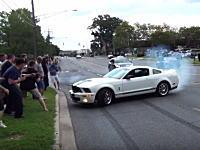 パワースライドを披露しようとしたシェルビーGT500が観客に突っ込む事故。