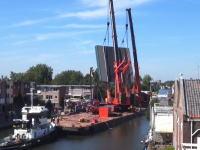 大惨事の瞬間。大きな橋桁を釣り上げていたクレーンが倒れてしまい20人以上が負傷。