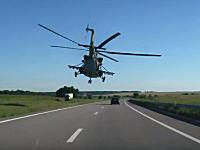 さすがロシアなんでもあり。道路を軍隊のヘリコプターが超低空飛行。カッコイイけどもw