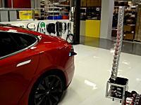 テスラの充電システムがカッコスギ!と話題に。ガレージに戻ったらヘビのようなアームが自動で充電する。