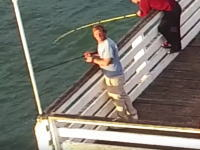 キャスティングうめえwww釣り人の攻撃を受けたドローンのビデオ。