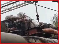 電車の屋根に乗るのは危険なのでやめましょう。電線に触れ焼け焦げてもがき苦しんでいる男性が撮影される。