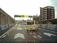 雨上がりの阪神高速でスピードを出しすぎた?軽自動車がカーブでドーン!
