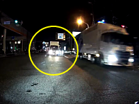 真っ直ぐ迫ってくるっぷりが怖すぎる。右折待ちをしていたライダーが対向のトラックに殺されかける車載。