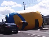 どうすりゃいいの動画。超巨大なミニオンカールが道路を転がってきたwwww
