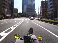 こんなの規制されろよ。寝ころび自転車で東京の町を爆走する映像がアップされる。