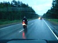 信じられない交通事故動画。バイクと大型トラックの正面衝突(@_@;)