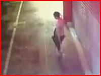 中国では町を歩いているだけで死ぬ危険がある。看板が落ちてきて直撃を食らった女性が死亡。そのビデオ。