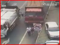 これは殺人判断。女性の頭部を粉砕したトラックの映像。恐ろしすぎ。