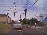 岐阜県で撮影されたタクシーとバイクの衝突事故の車載。倒れる兄ちゃん苦しそう。