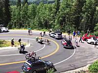 自転車ロードレースのツアーオブユタで高速突っ込み事故から大混乱が。後続車も突っ込む。