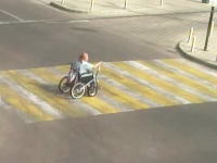 こんな車イスあるんだな。事故の動画でおばあちゃんの車イスが気になった動画。