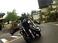 志賀高原事故。ツーリング中のバイクが前を走るバイクに突っ込んでしまう事故の瞬間。