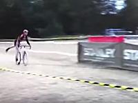 なかなかの飛びっぷりwww自転車から降りたのに障害物でぶっ飛ばされる選手。