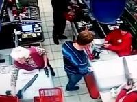 残忍すぎるロシアン。スーパーで隣に並んだばーちゃんの顔面にパンチを入れて一撃ノックアウト。