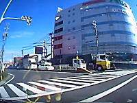 交差点で左折車と右折車が同時に曲がった時に起こる事故のドライブレコーダー映像。