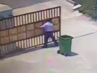マレーシア門扉圧死事件の映像。鉄製の門扉とゴミ箱に首を挟まれて亡くなってしまった男性。