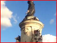 パリのマリアンヌ像に登っていた男性。落下して死亡。その瞬間の映像がアップされる。