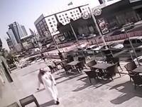 危なすぎ(°_°)ビルから落下してきた窓ガラスに殺されかけた男性のビデオ。