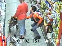 なんかワロタ。買い物客の女性のカバンからサイフを盗む男の動きがwww