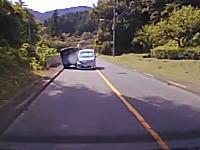 脇見運転か居眠りか。前を走る車と対向車が衝突⇒パトカーに救急車に消防にといっぱいキタww