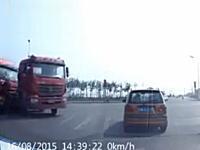 3人の命が奪われた交通事故の瞬間。右折しようとしたトレーラーにトレーラーが衝突。