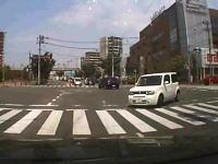 どんな運転してんだwww交差点でキキキー!とタイヤを鳴らしながら曲がろうとしたキューブが。
