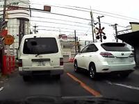 踏み切り内で追い抜きするヤツとか初めてみた!ドラレコ動画。泉南市新家にて。