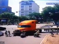 信号待ちに並んだ4台のバイクに暴走トレーラーが突っ込んでくる衝撃の事故映像。