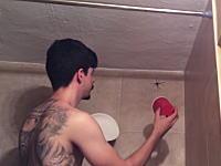 厳つい入れ墨オトコでも蜘蛛はコワイ。バスルームに現れた蜘蛛の捕獲に苦労する男のビデオ。