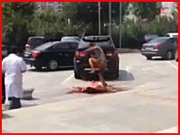 中国で撮影されたマジキチ動画。血まみれで倒れている人に止めを刺すかのように蹴り続ける男。