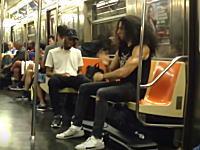 こんなのただのキチガイだろwww地下鉄内で無音エアドラムを叩くとこうなる。