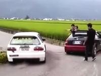 シビックのちょっと間抜けな事故映像。事故現場を避けようとして田んぼに落ちるwww