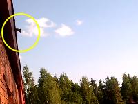 あんたムササビじゃないんやで。屋根から驚きのジャンプをするリスさんの映像。