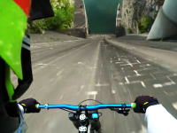 怖すぎワロタ。ダムの越流スロープをマウンテンバイクで駆け降りる挑戦。
