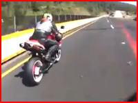 このバイク事故怖すぎ(@_@;)中央分離帯でぶっ飛んだライダーと巻き添えを食らって亡くなったライダー。