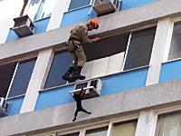 ニャンコを救助するのは大変wwwスーパー忍者キャットvs消防士さん。