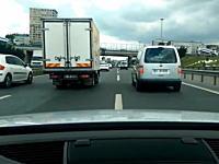 ヒヤヒヤ動画。混雑した高速道路を車でバンバンすり抜けしていく車載動画がドキドキ。