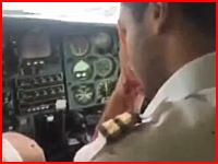 乗客たちの表情ww窓が吹き飛んでパイロットが負傷した時の飛行機の機内の様子www