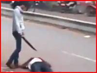 インドで撮影された白昼の殺人事件。大きなナイフで何度も切りつけている。