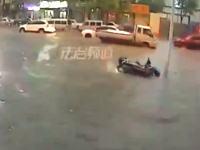 水深約20センチで溺れ死んでしまったスクーターの男性。なぜ助けてもらえなかった?