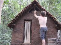 ゼロサバの人が今度は瓦屋根の小屋を建てる。もちろん道具は全て手作り。