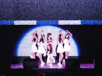 滑りやすいステージでずっこけまくるアイドルグループの動画が話題に。