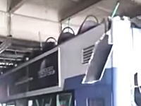 怖すぎ。二階建バスが高さ制限のある高架に突っ込み屋根を完全に剥させる。乗客多数負傷。