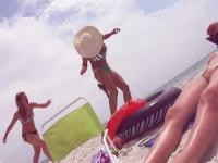 ビーチでナマズ遊びをしていたギャルたちに痛いハプニング。ふとももにナマズが刺さる(°_°)