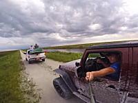 お馬鹿な事故GoPro映像。自分の映りを気にしてて仲間の車に突っ込んでしまったw